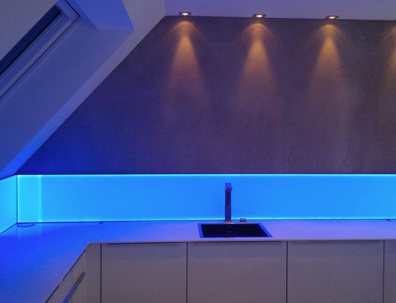 beleuchtete k chenr ckw nde glas ortlieb gmbh. Black Bedroom Furniture Sets. Home Design Ideas